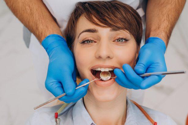 Junge brünette Frau in der Zahnarztbehandlung zur Entfernung einer Kieferzyste